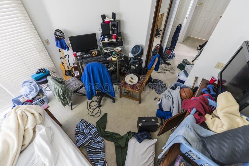 Dormitorio sucio mismo de los adolescentes foto de archivo