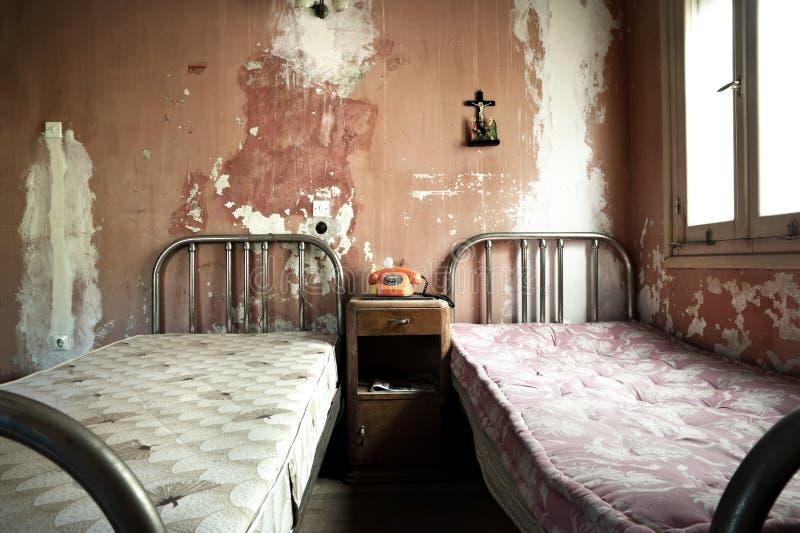 Dormitorio sucio y abandonado espeluznante fotografía de archivo