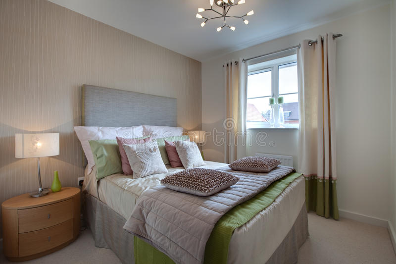 Dormitorio vestido moderno fotografía de archivo libre de regalías