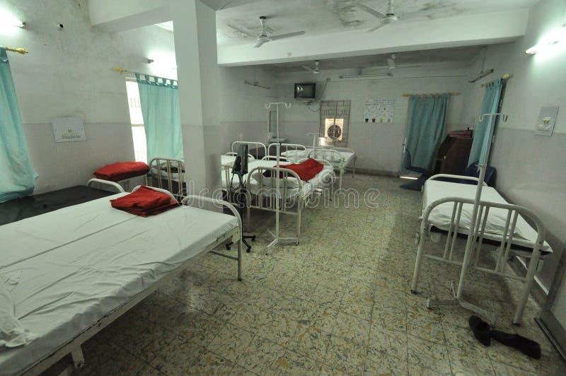 Dormitorio vuoto in una clinica nel Bihar, India fotografie stock