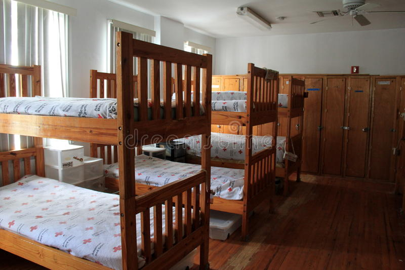 Dormitorios para el personal de los guardacostas, cuerpo americano de la salvación de vidas del voluntario de la Cruz Roja, playa imágenes de archivo libres de regalías