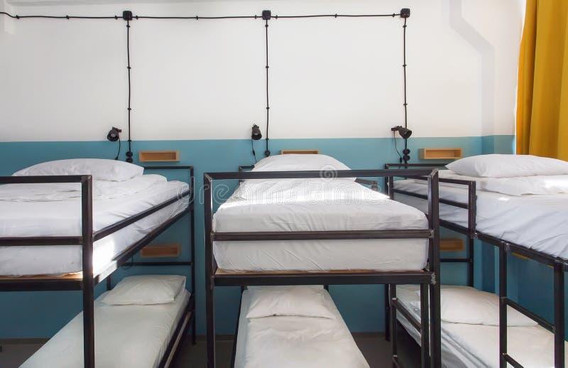 Dormitorium pokój z koj łóżkami w nowym schronisku dla uczni lub podróżników zdjęcia stock