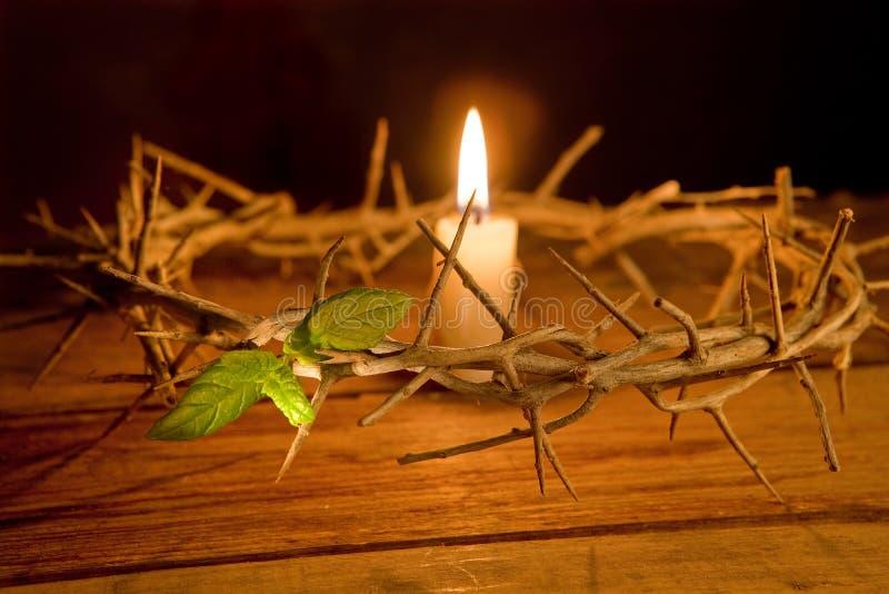Dornenkrone und Kerze lizenzfreies stockbild