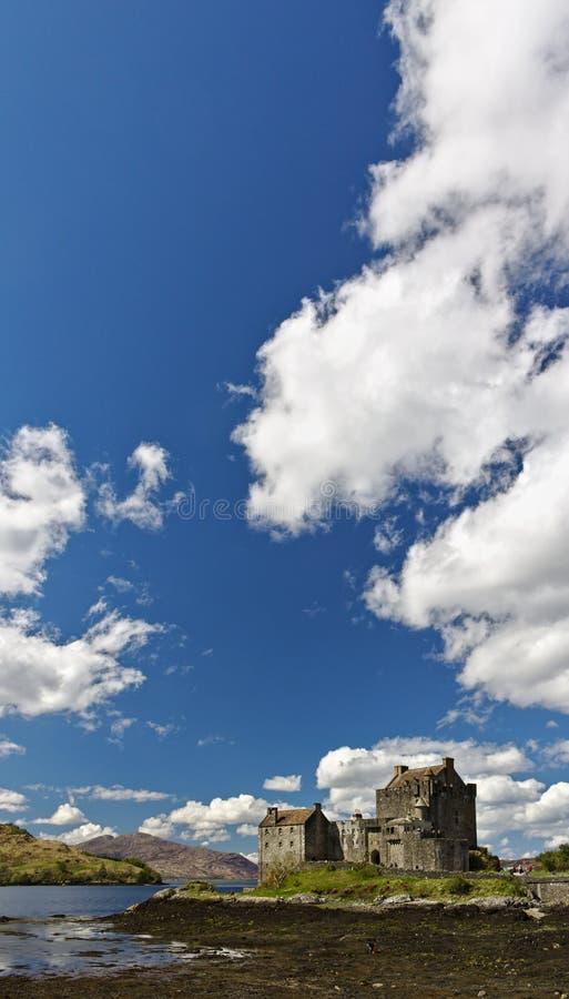 Dornie, Schotland - Mei twaalfde, 2018 - Eilean Donan Castle met een duidelijke blauwe hemel en pluizige witte wolken royalty-vrije stock afbeelding