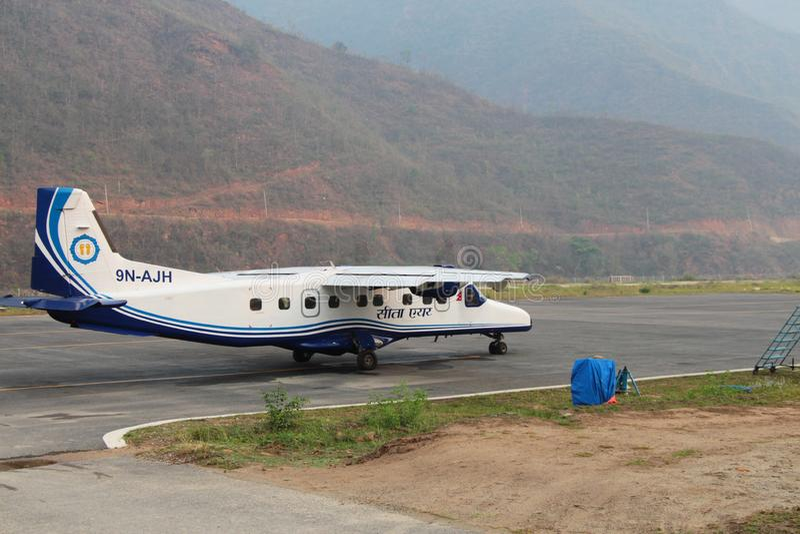 Dornier 228 przy w górę Ramechhap lotniska obrazy royalty free