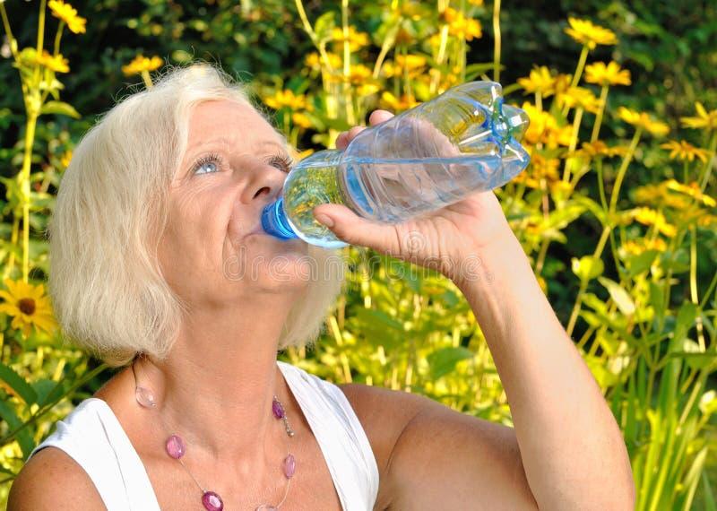 Dorośleć, blondynki kobiety woda pitna. obraz royalty free