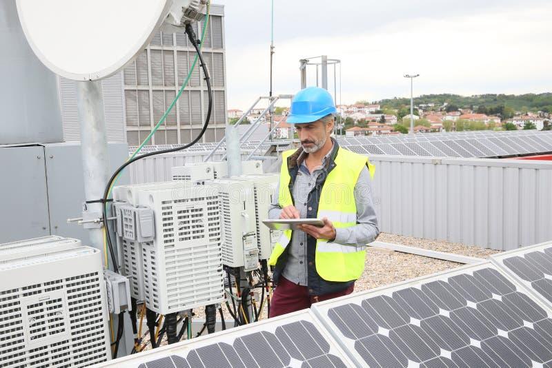 Dorośleć inżyniera pracuje na panel słoneczny zdjęcie royalty free