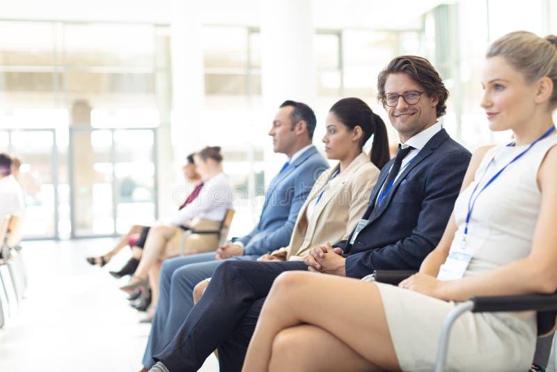 Dorośleć Kaukaskiego męskiego kierownictwa siedzącego w sali konferencyjnej, ono uśmiecha się kamera obrazy stock