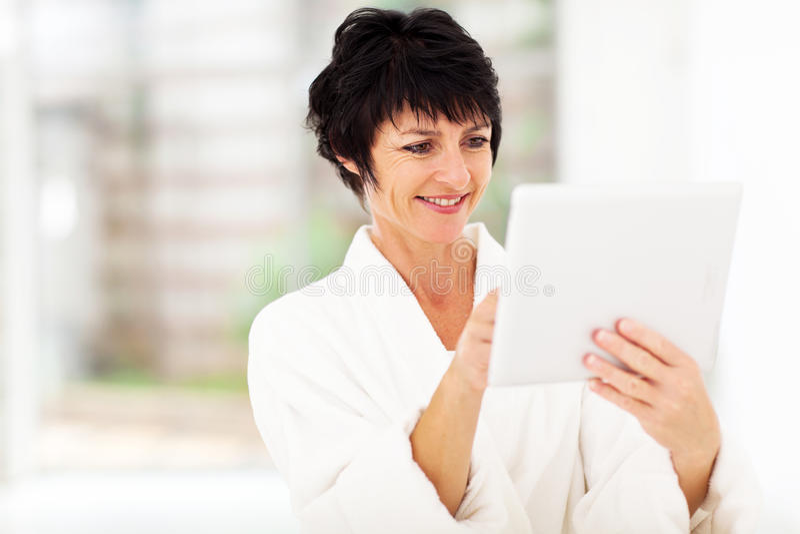 Dorośleć kobiety pastylki komputer fotografia royalty free