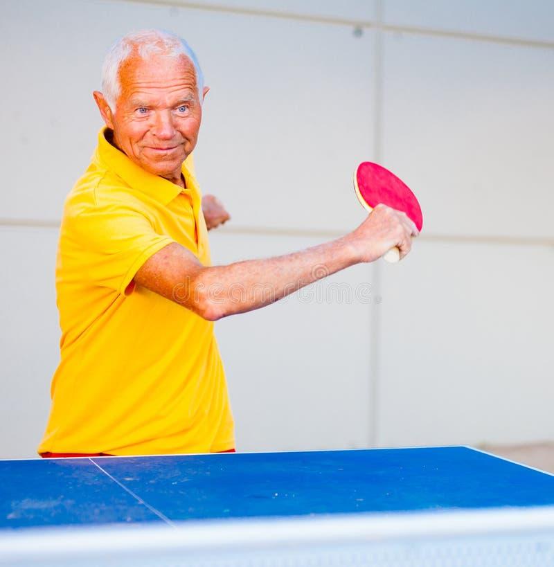 Dorośleć mężczyzna bawić się stołowego tenisa obraz royalty free
