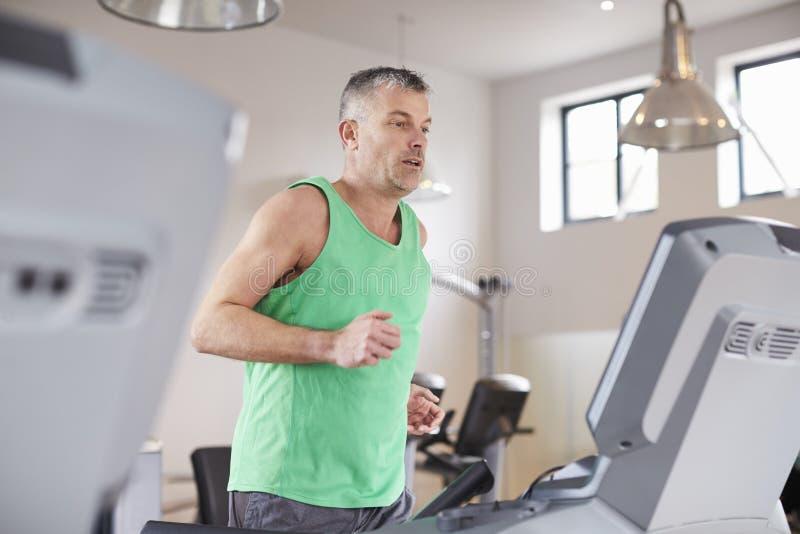 Dorośleć mężczyzna bieg Na karuzeli W Gym zdjęcia stock