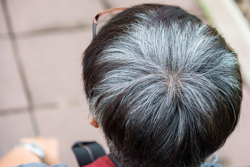 Dorośleć mężczyzna i siwieje włosy, widzieć od behind w głowie obraz stock