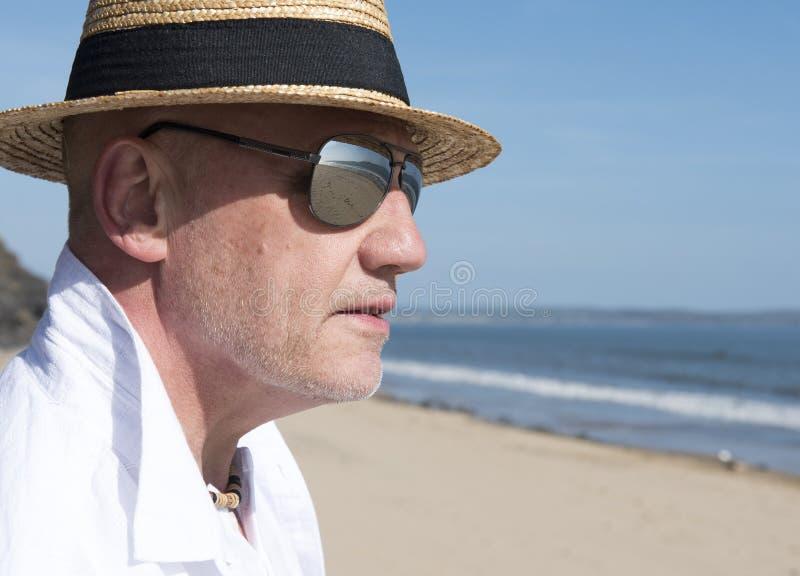 Dorośleć mężczyzna jest ubranym kapelusz i okulary przeciwsłonecznych w lecie obrazy royalty free