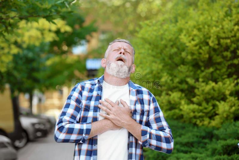 Dorośleć mężczyzna ma ataka serca obrazy stock