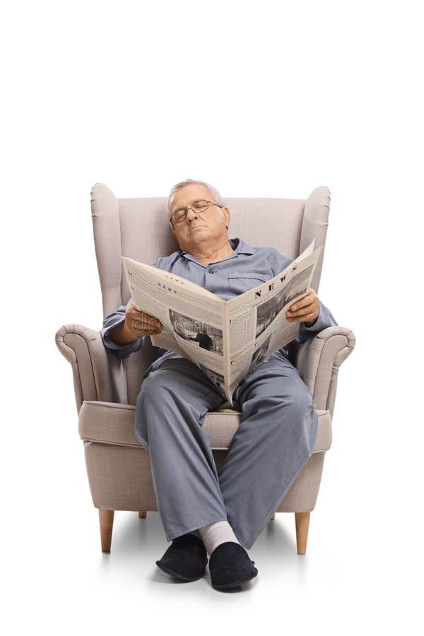 Dorośleć mężczyzna z gazetowym dosypianiem w karle zdjęcie stock