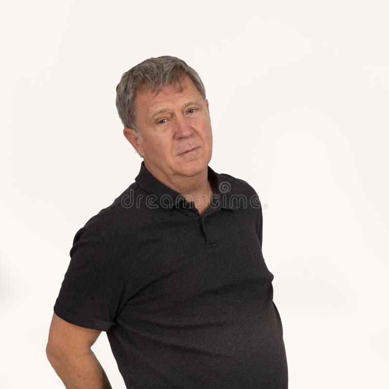 Dorośleć mężczyzny w czarny koszulowy przyglądający chłodno zdjęcia stock