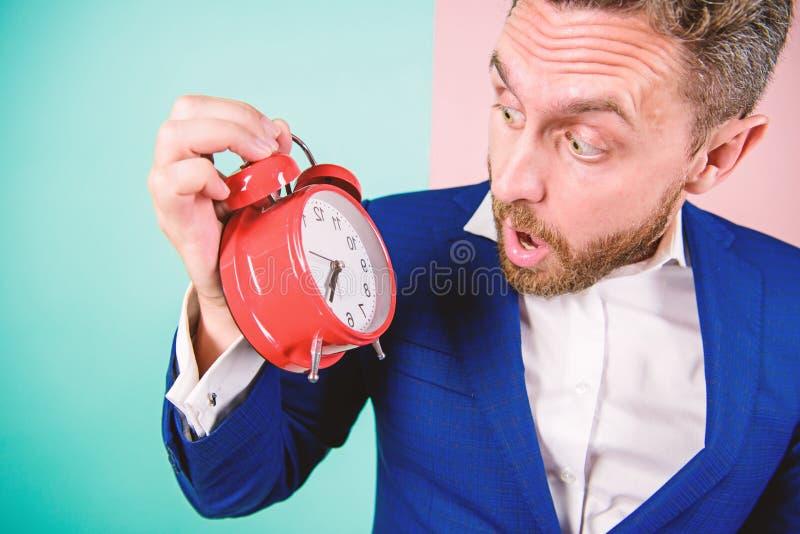 Dorośleć mężczyzny z zastanawiać się Biznesmen braka czas Czas umiejętności zarządzania Ile czasu opuszczał do ostatecznego termi fotografia royalty free