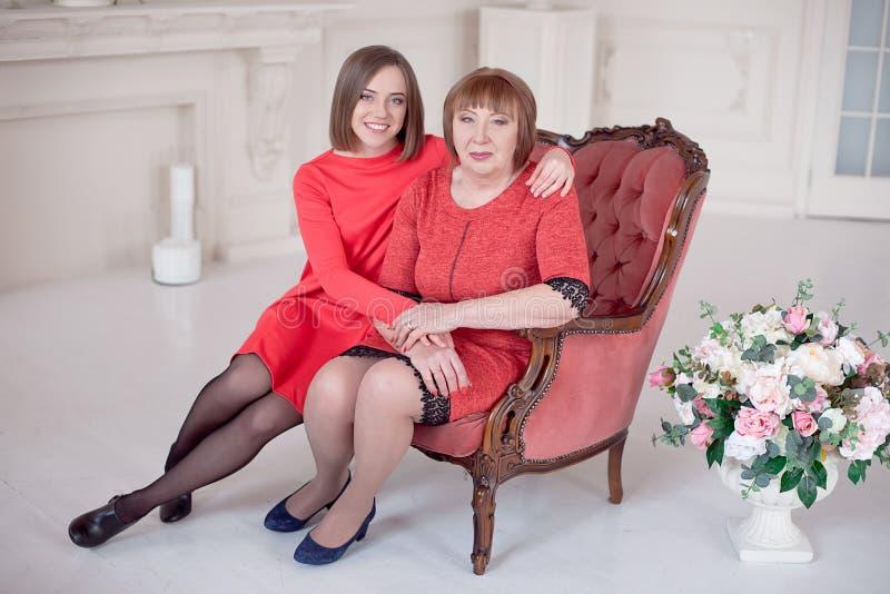 Dorośleć matki I córki przytulenie zdjęcie royalty free