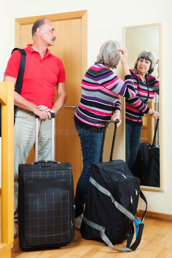 Dorośleć pary iść na wakacje obrazy royalty free