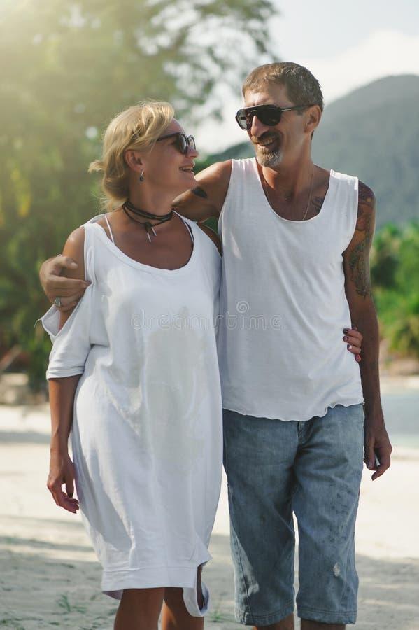 Dorośleć pary przytulenia odprowadzenie przy plażą zdjęcie royalty free