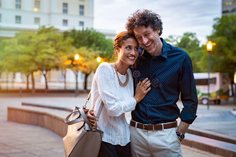 Dorośleć pary w miłości chodzi w ulicie fotografia royalty free