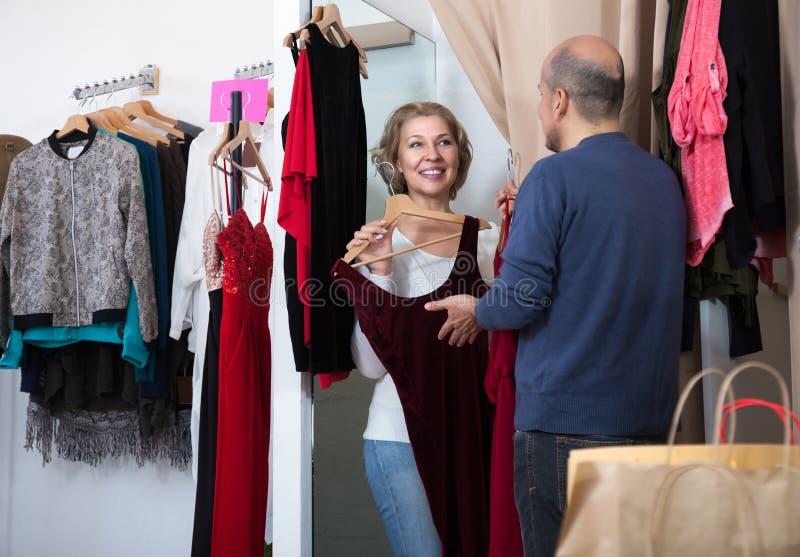 Dorośleć pary wybiera nową odzież fotografia royalty free