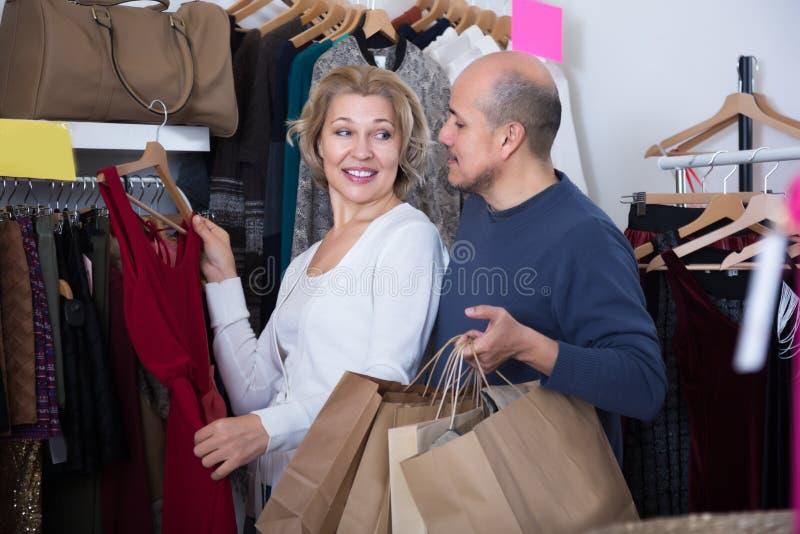 Dorośleć pary wybiera odzież w sklepie fotografia stock