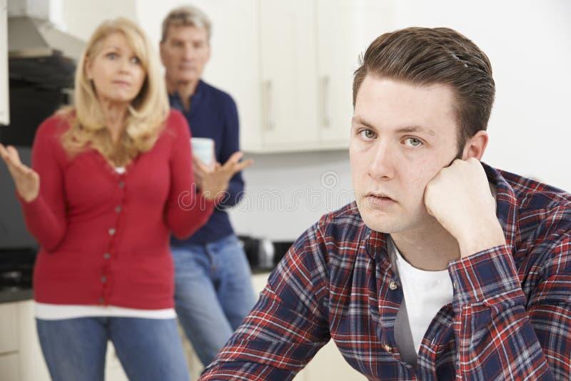 Dorośleć rodziców Udaremniających Z Dorosłym synem Żyje W Domu zdjęcia stock