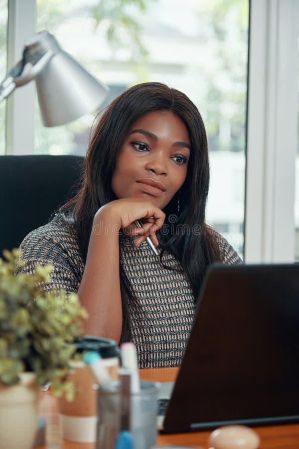 Dorosły etniczny bizneswoman przy pracującym stołem zdjęcie stock