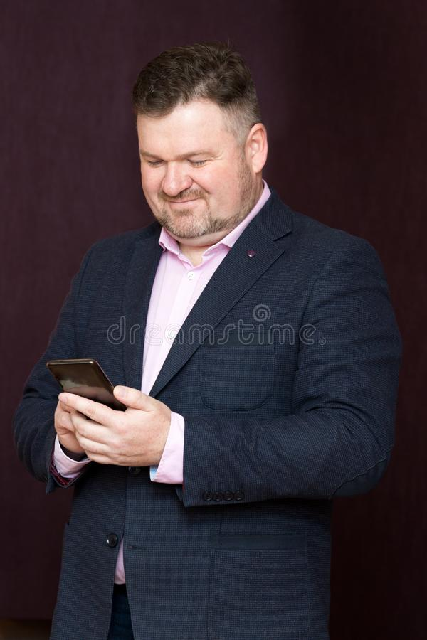 Dorosły mężczyzna w kostiumu z telefonem zdjęcia stock