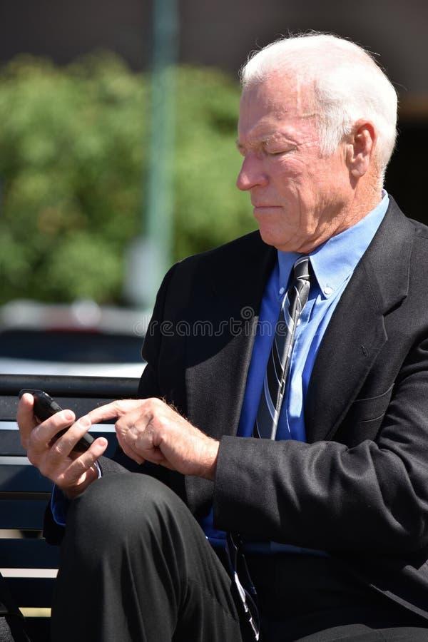 Dorosły Starszy Biznesowy mężczyzna Robi rozmowie telefoniczej Jest ubranym kostiumu I krawata obsiadanie obrazy stock