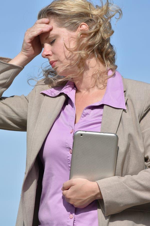 Dorosła Biznesowa kobieta Pod stresem Z pastylką zdjęcia royalty free