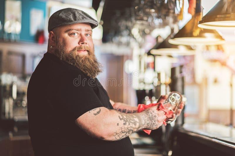 Dorosła brodata facet pozycja przy baru kontuarem obraz stock