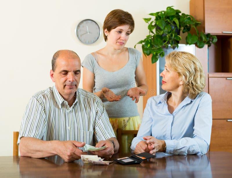 Dorosła córka i rodzice z pieniądze obraz stock