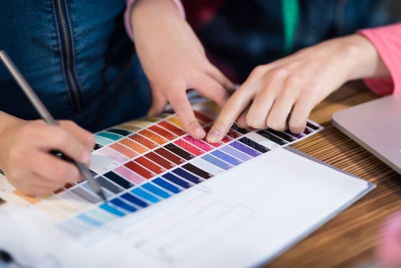 Dorosła kobieta i troszkę wybiera kolor dla odziewać wpólnie dziewczyna obrazy royalty free
