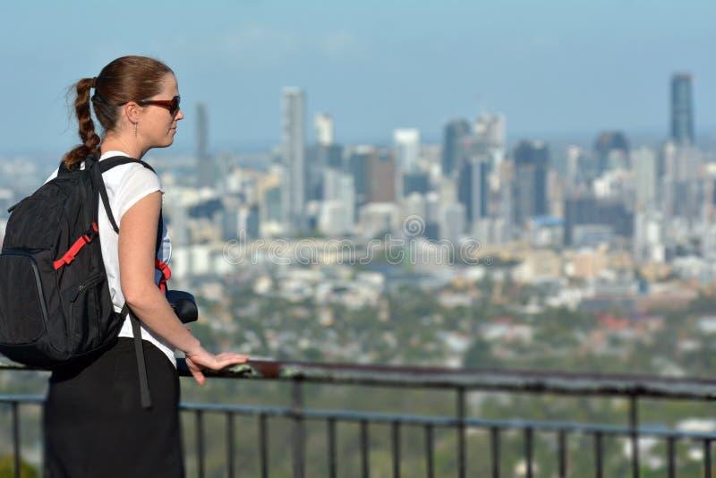 Dorosła kobieta patrzeje miastowego miasta linia horyzontu zdjęcie stock