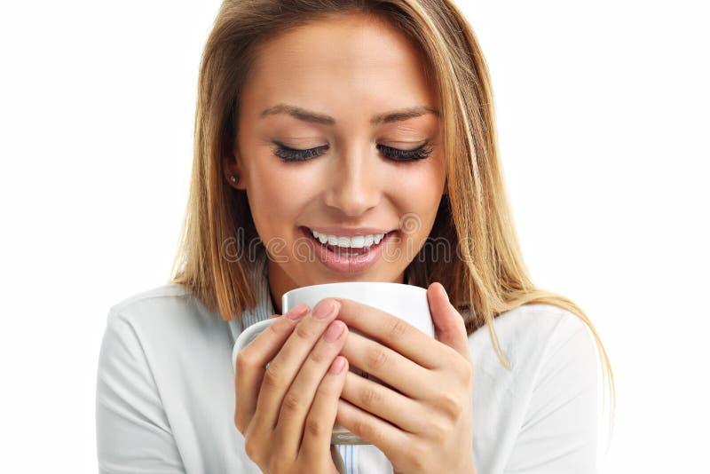 Dorosła kobieta pije filiżankę odizolowywającą nad bielem herbaciana kawa zdjęcia royalty free