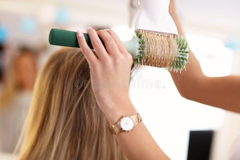 Dorosła kobieta przy włosianym salonem zdjęcie royalty free