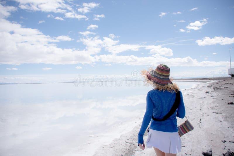 Dorosła kobieta wędruje i chodzi wokoło Bonneville soli mieszkań Tylna okładzinowa kamera zdjęcie stock
