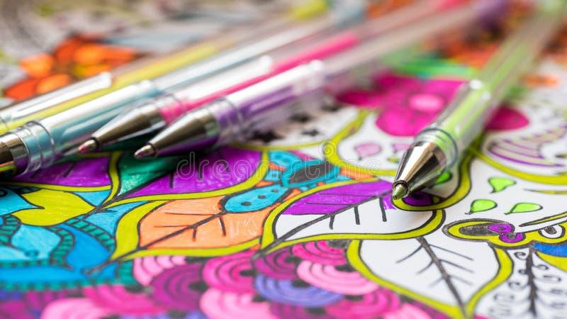 Dorosła kolorystyki książka, nowy stres uśmierza trend Sztuki terapii, zdrowie psychiczne, twórczości i mindfulness pojęcie, fotografia stock