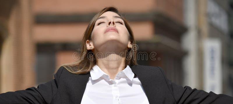 Dorosła Kolumbijska Biznesowa kobieta I wolność Jest ubranym kostium zdjęcia royalty free