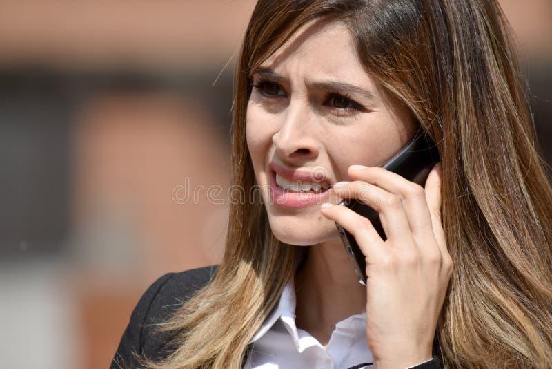 Dorosła Kolumbijska Biznesowa kobieta Opowiada Na telefonie Jest ubranym kostium fotografia royalty free
