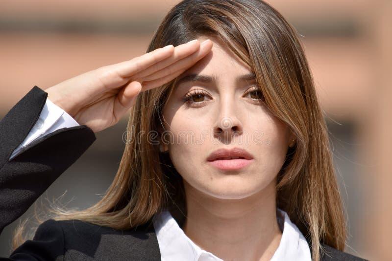 Dorosła Kolumbijska Biznesowa kobieta Salutuje Będący ubranym kostium zdjęcia stock
