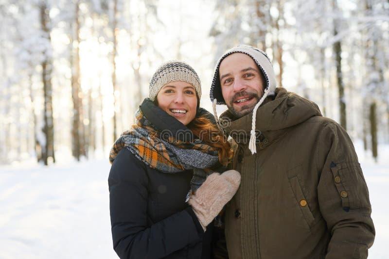 Dorosła para w zima lesie zdjęcia royalty free