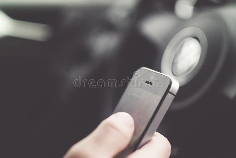 Dorosła samiec texting podczas gdy jadący - niebezpieczny zachowanie zdjęcie royalty free