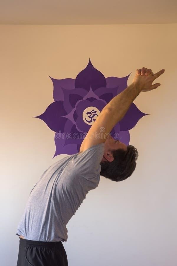 Dorosła samiec w joga studiu, ćwiczy pozycje obraz stock
