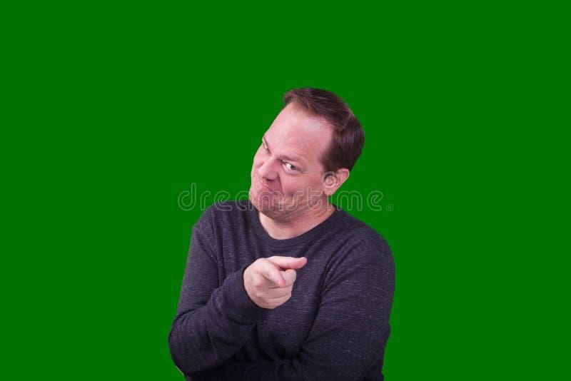 Dorosła samiec wskazuje palec przy kamerą wini wyrażenie zdjęcia stock
