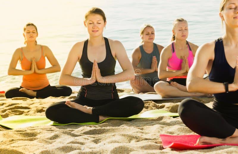 Dorosłe dziewczyny robi joga medytaci w lotos pozie zdjęcie stock