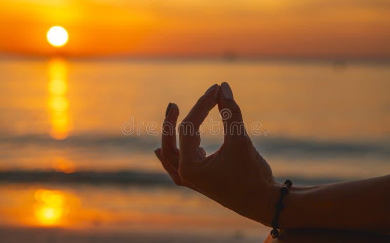 Dorosłe kobiety rozmyślają nad plażą oceanu o zachodzie słońca zamknij zdjęcie stock