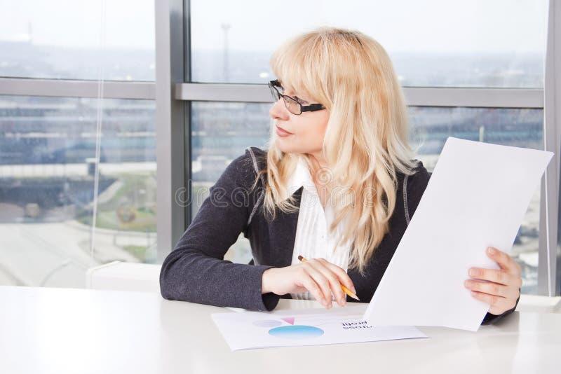 dorosłego dokumentów w połowie kobiety praca obrazy stock